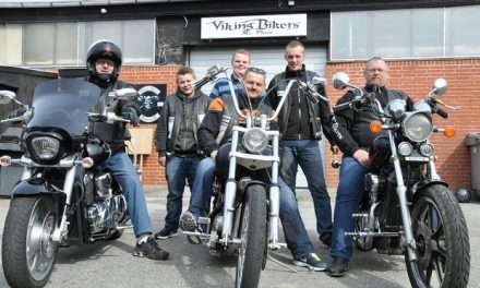 Motorcykel klub kører konfirmanden