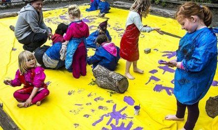 Skoleelever og professionelle kunstnere laver festival