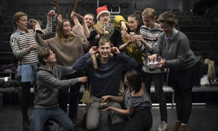 Teatertalenter giver gratis visninger