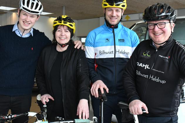 Bilsælgere deler rundstykker ud til cyklister