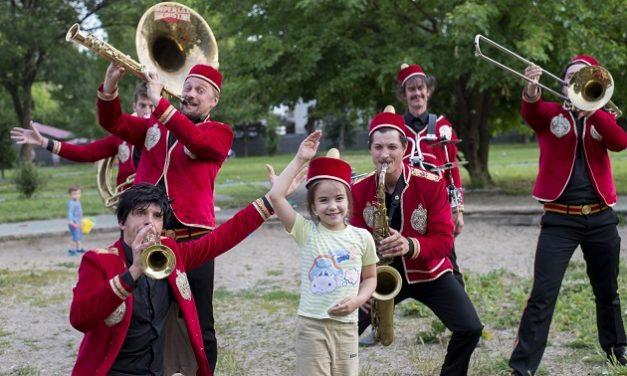 Gadeteater besøger skolegårdene uden for bygrænsen