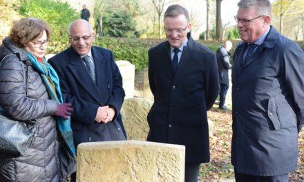 Ambassadøren lagde blomster på den jødiske gravplads