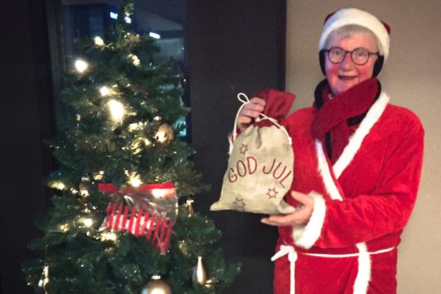 Mona bringer mad og julehygge til de ældre