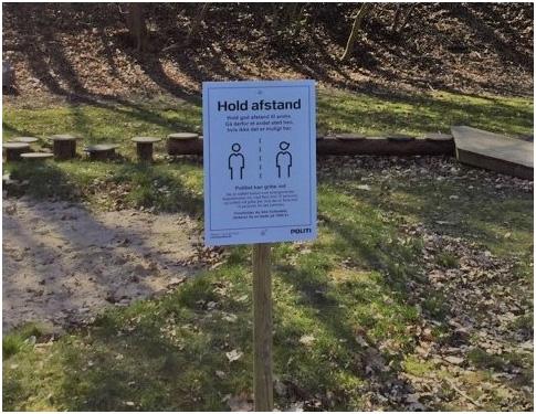 Hold afstand: Randers Kommune sætter skilte op i parker