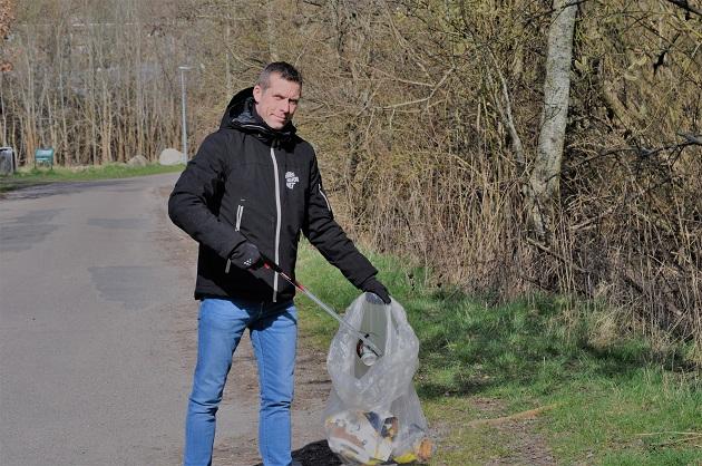 Borgere samler affald og tæller skridt