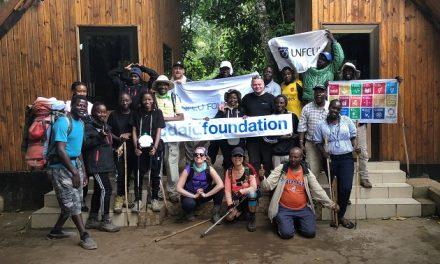 Bestiger Kilimanjaro for at udbrede coronavacciner i udviklingslande
